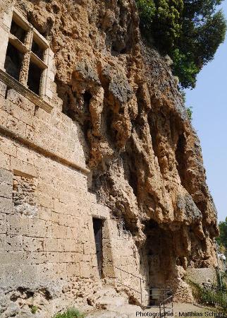 L'entrée et la façade du château-grotte de Villecroze (Haut-Var)
