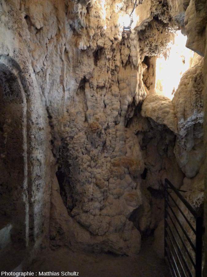 Détail des concrétions à l'intérieur du château-grotte de Villecroze
