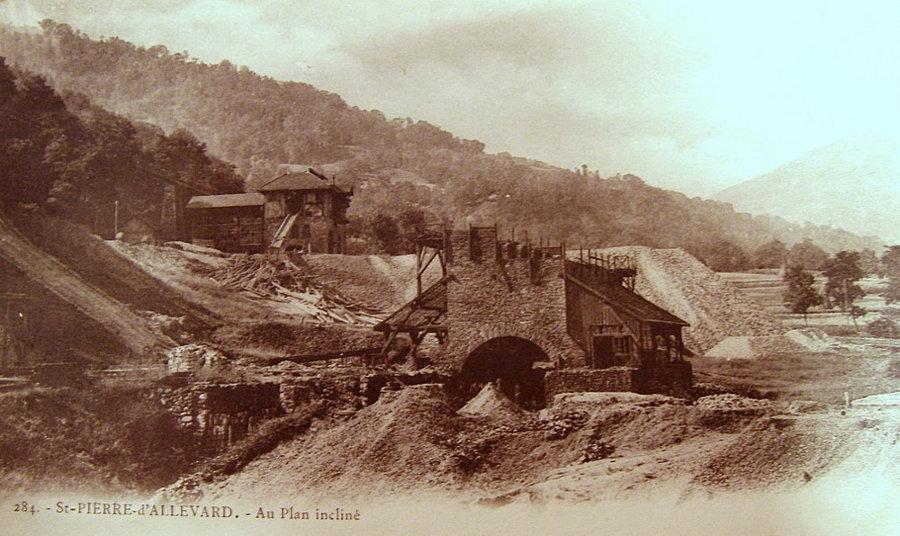 Vieille carte postale montrant les installations de la mine de la Taillat, la plus importante de la région dans les années 1900
