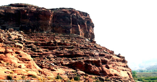 Vue générale du site des empreintes de pas de dinosaures de Potash Road (route SR-279), le long du fleuve Colorado à quelques kilomètres au Sud-Ouest (donc en aval) de Moab, Utah