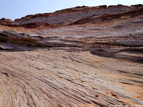Détail des stratifications éoliennes entrecroisées des grès Navajo, strates soulignées par l'érosion