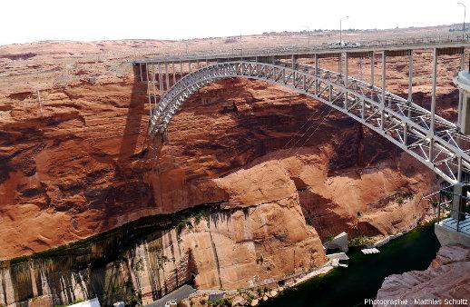Les grès Navajo entaillés en canyon par le fleuve Colorado juste en aval du barrage de Glenn Canyon, Arizona