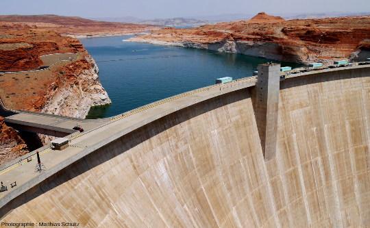 Les grès Navajo au niveau du barrage de Glenn Canyon, Arizona, sur le fleuve Colorado