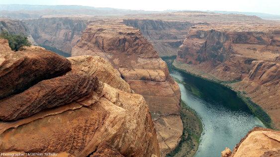 Couches de grès Navajo particulièrement riches en concrétions ferreuses (billesmoqui) au niveau de Horseshoe Bend, méandre sur le fleuve Colorado à proximité de Page, Arizona