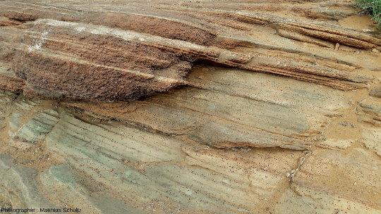 Détails de couches de grès Navajo particulièrement riches en concrétions ferreuses in situ (billesmoqui, ici de petite dimension, moins d'un centimètre en moyenne) à proximité de Page, Arizona
