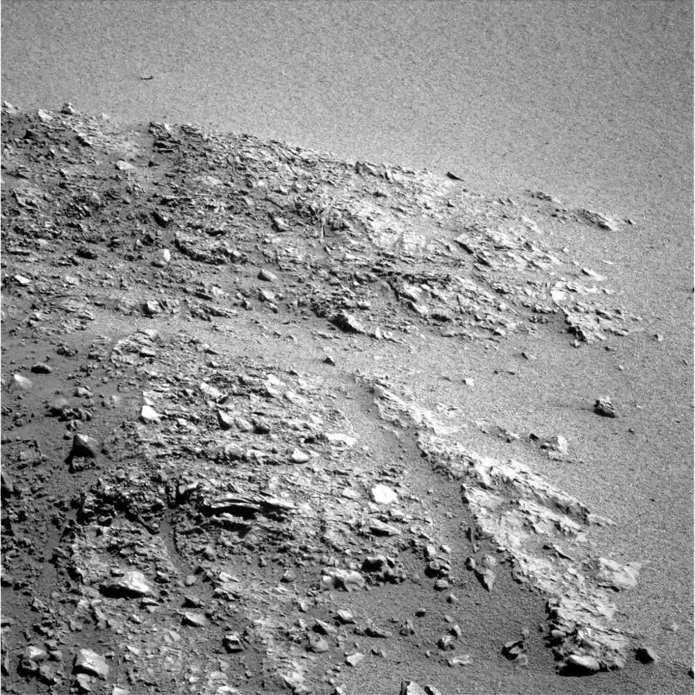 Gros plan sur la formation constituant l'escarpement sommital NO de Cape York, montrant très nettement ce litage-débit pénétratif planaire qui l'affecte, orienté approximativement droite-gauche sur cette image