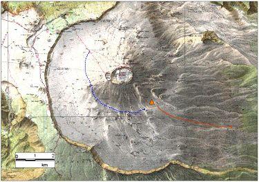 Carte de localisation de l'éruption (triangle), des coulées (flèche rouge) et du chemin d'accès (pointillé bleu)