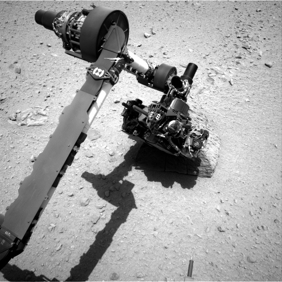 Bras instrumental de Curiosity effectuant ses analyses sur Jake Matijevic