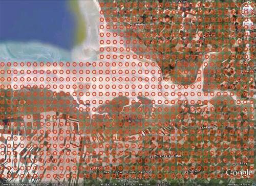 Caricature de la pire des situations possibles au voisinage de la Baie du Mont Saint Michel: maillage aussi serré que dans les 2 gisements français cités ci-dessus, avec emprise au sol de la taille des emprises américaines (cercles rouges)