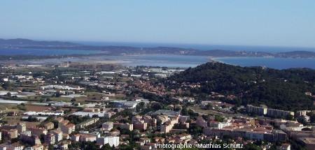 La presqu'ile de Giens et son double tombolo, vue depuis la colline du château d'Hyères