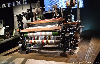 Un métier à tisser, machine représentant bien les activités lyonnaises, dans l'exposition Sociétés, le théâtre des hommes
