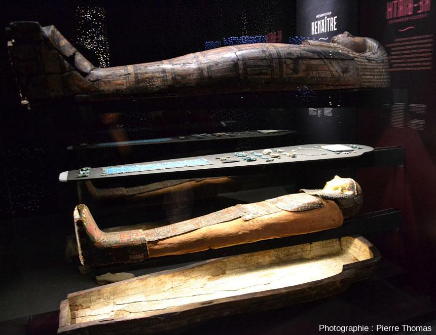 Sarcophage de momie égyptienne, dans l'exposition Éternités, visions de l'au-delà