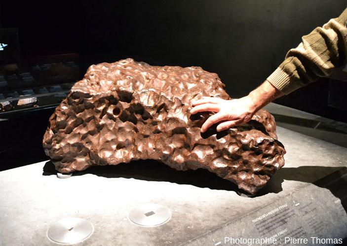 Une grosse sidérite (météorite de fer) que l'on peut toucher en venant à Lyon, au Mudées des Confluences