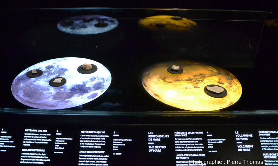 La vitrine où sont exposés des fragments de météorites lunaires et martiennes
