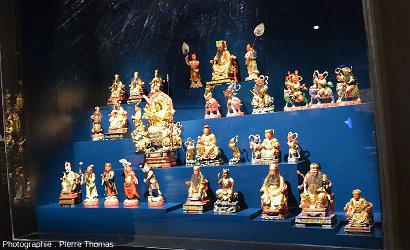 Un exemple d'objets se rapportant aux débuts de l'Univers, de la Terre, de la vie ou de l'humanité: le panthéon chinois (vers 1886-1887)