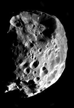 Phoebé (d = 220 km), photographié le 11 juin 2004 par Cassini Huygens au cours de son approche
