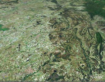 Discordance de terrains horizontaux miocènes (à gauche) sur les terrains plissés de l'arc de Saint Chinian (Hérault)