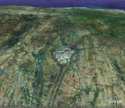 Schistosité verticale se moulant autour d'une intrusion magmatique préexistante (Madagascar)