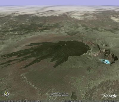 Un des volcans du Tibesti (Sahara Central, Nord du Tchad) recouvrant partiellement une caldeira (à l'Est), avec au Sud-Est une seconde caldeira