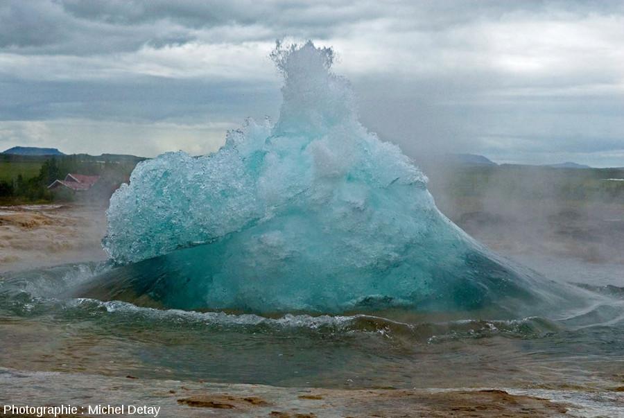 L'un des emblèmes de l'hydrovolcanologie, le Strokkur en début d'éruption, site de Geysir, Islande