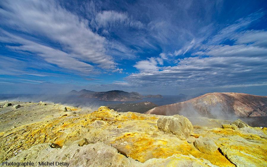 Vue d'ensemble d'un champ fumeroles sur le Vulcano (Italie)