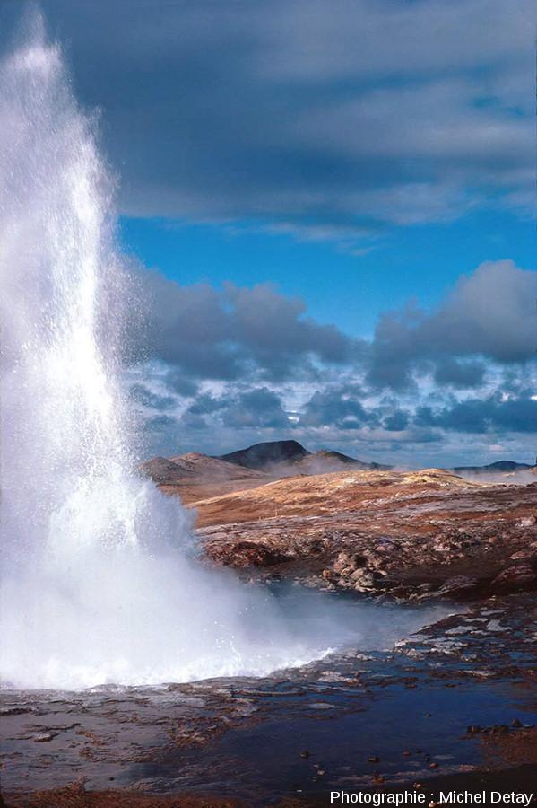 Un geyser dans le champ hydrothermal de Gunnuhver, Islande
