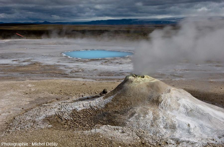 Cône de geysérite autour d'une source jaillissante de Hveravellir (Islande)