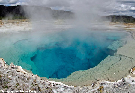 Le bassin Sapphirre Pool, dans le Parc National de Yellowstone et son extraordinaire couleur bleue due à la diffusion de la lumière par la silice colloïdale
