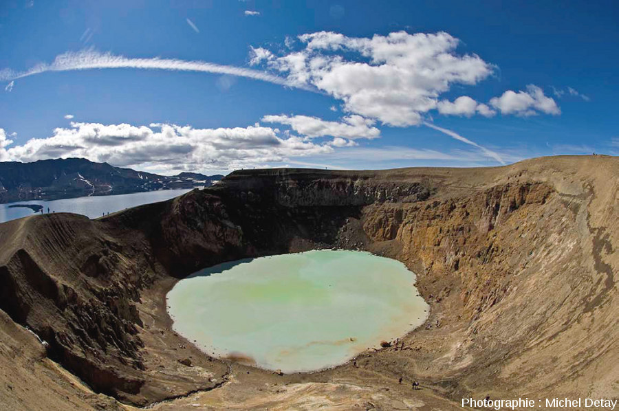 Le Viti, lac de cratère formé en 1875 à l'intérieur de la caldeira d'Askja (Islande)