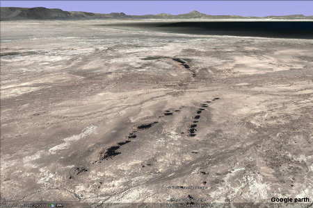 Vue aérienne du bord du lac Abbé avec 3 alignements de dépôts de travertin