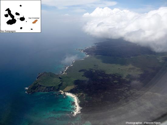 Vue d'avion sur le Cerro Brujo, un cratère de «tuf», et sur des coulées de lave de la côte Ouest de l'ile San Cristobal