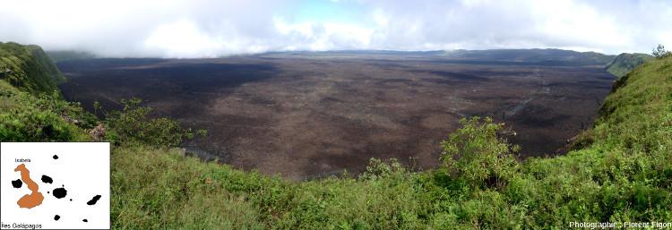 L'immense caldeira et le toit de lave du volcan Sierra Negra au Sud de l'ile Isabela