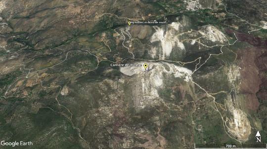 Vue aérienne d'une carrière de marbre sur Naxos, mer Égée