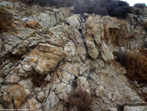 Affleurement de migmatites, au bord de la route qui relie Kourounochori à Kinidares, ile de Naxos, mer Égée