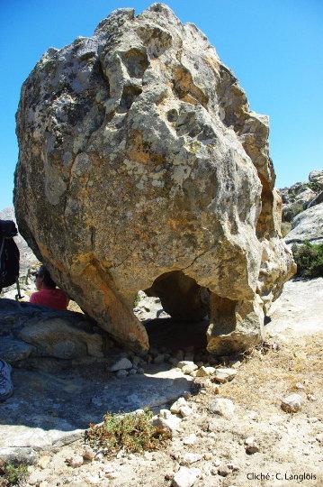 """Boule de gneiss """"sur piédestal"""", creusée à sa base par l'érosion"""