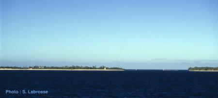  La passe de Tiputa à Rangiroa, vue depuis l'extérieur du lagon en bateau