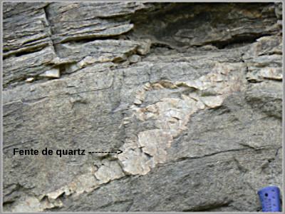 Affleurement avec fente de quartz