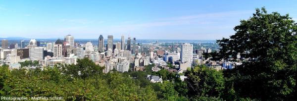 Panorama du centre-ville de Montréal avec ses gratte-ciels et de la très plane vallée du fleuve Saint-Laurent en direction de l'Est depuis le sommet du Mont Royal
