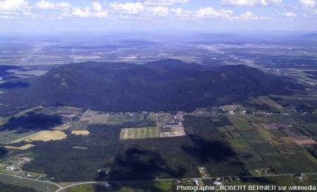 Photographie aérienne du Mont Yamaska, en bordure des Appalaches et des basses terres du Saint Laurent