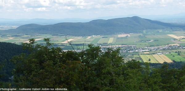 Photographie du Mont Rougemont depuis le Mont Saint Hilaire, au milieu des basses terres du Saint Laurent