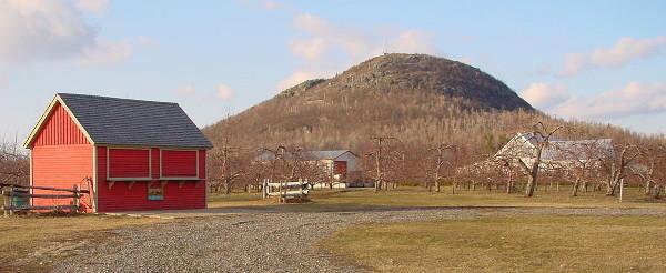 Le Mont Saint Grégoire au milieu des basses terres du Saint Laurent