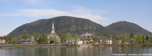Le Mont Saint Hilaire, pris en photo depuis la rivière Richelieu, au milieu des basses terres du Saint Laurent