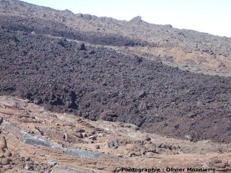 Surface très scoriacée d'une coulée aa sur les flancs du Piton de la Fournaise (La Réunion)
