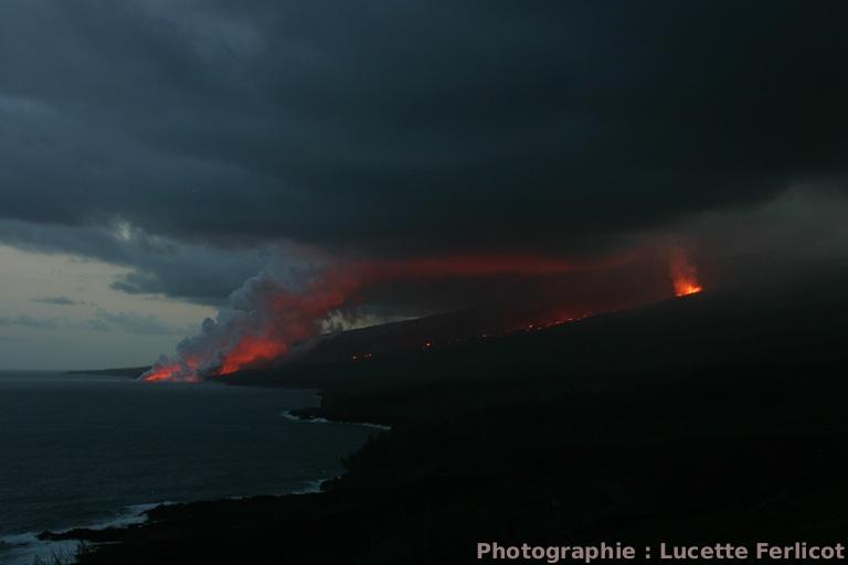 Vue d'ensemble sur la fissure éruptive du Piton de la Fournaise et sur la plateforme en voie de formation sur l'océan (La Réunion)