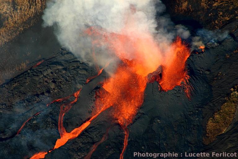 Surplomb de la fissure éruptive située à 600 m d'altitude: trois bouches éruptives très actives (fontaines de laves), Piton de la Fournaise (La Réunion)
