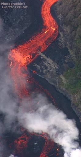 Une coulée de lave très fluide se déverse dans l'océan en cascade (Piton de la Fournaise, La Réunion)