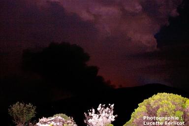 Nuage noir dans le ciel nocturne, lié à l'effondrement du cratère Dolomieu (Piton de la Fournaise, La Réunion)
