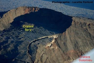 Les cratères Bory et Dolomieu le 18 avril vers 6 heures, vue vers le Nord-Ouest (Piton de la Fournaise, La Réunion)