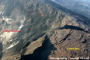 Les cratères Bory et Dolomieu le 18 avril vers 6 heures, vue vers le Sud-Est (Piton de la Fournaise, La Réunion)