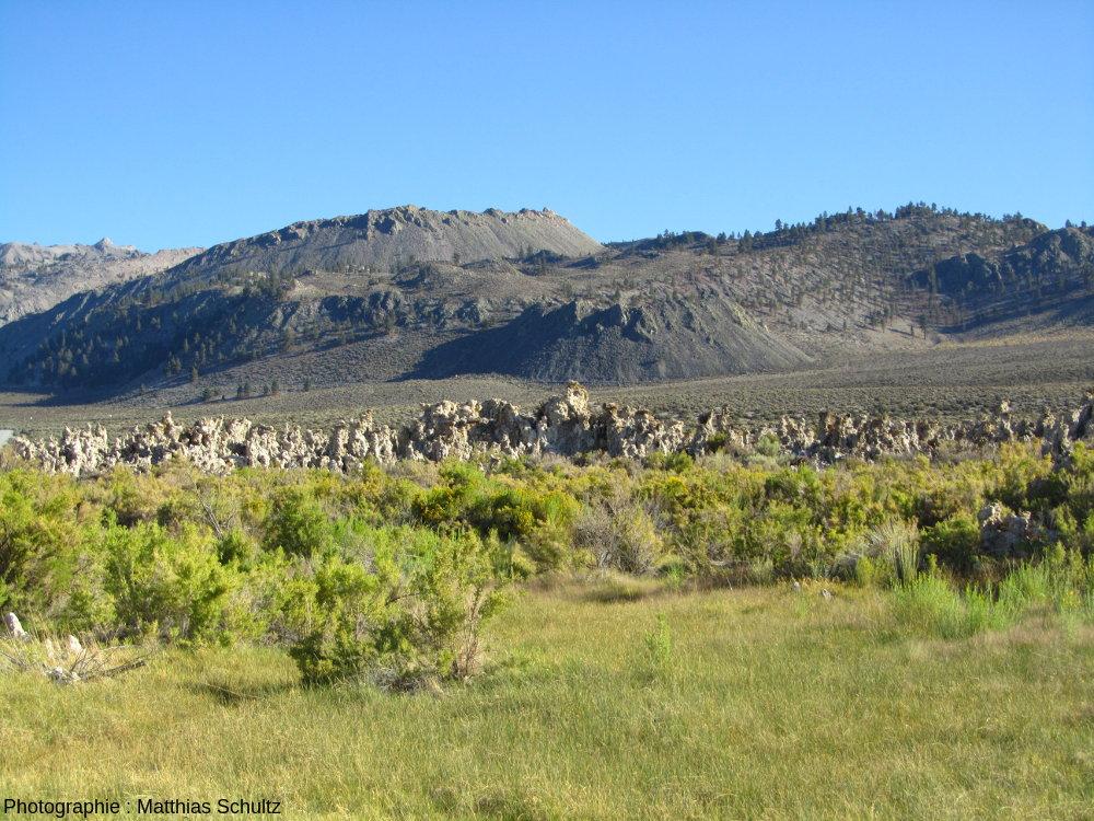 Collines volcaniques sombres aux alentours du lac Mono, Californie